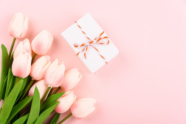 Geschenkbox und tulpenblumen