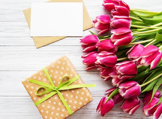 Geschenkbox und tulpenstrauß
