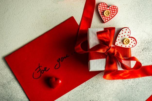Geschenkbox und umschlag eingewickelt