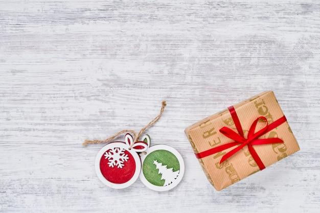 Geschenkbox und weihnachtsverzierungen auf weißem hintergrund. platz kopieren, draufsicht