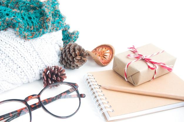 Geschenkbox- und winterzubehör auf weißem hintergrund