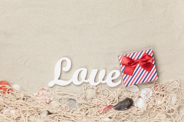 Geschenkbox und wort liebe mit netz und oberteilen