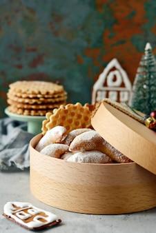 Geschenkbox weihnachtsplätzchen auf einem weihnachtshintergrund