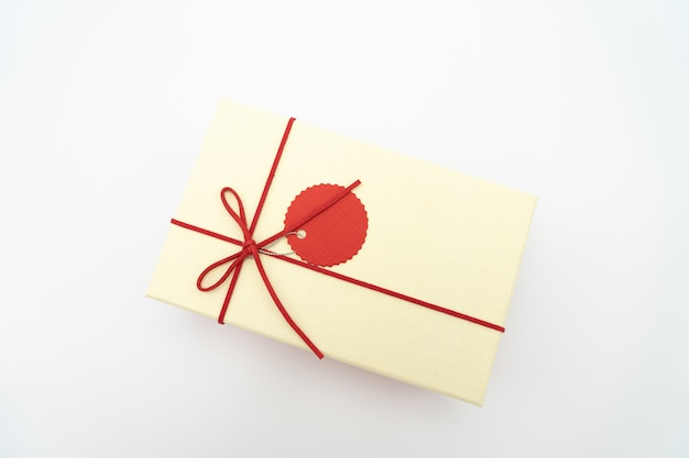 Geschenkbox weiß mit einem roten seil um die ecke gewickelt