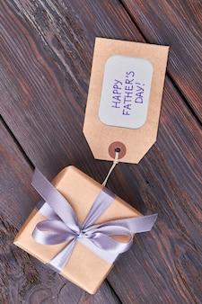 Geschenkbox zum vatertag verpackt. geschenk mit etikett. schätze deinen vater.