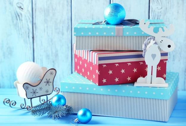 Geschenkboxen an holzwand