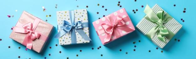 Geschenkboxen auf blauem hintergrund, draufsicht und platz für text