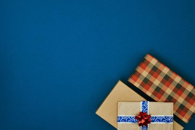 Geschenkboxen auf blauem hintergrund weihnachten und