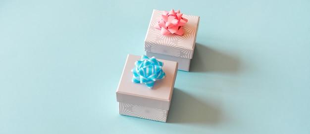 Geschenkboxen auf blauer oberfläche