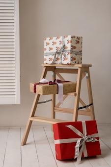 Geschenkboxen auf dem stuhl.