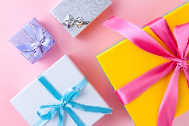 Geschenkboxen auf einem rosa hintergrund.