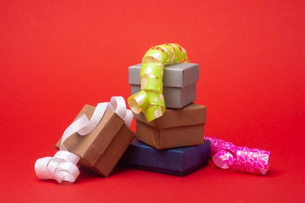 Geschenkboxen auf einem roten.