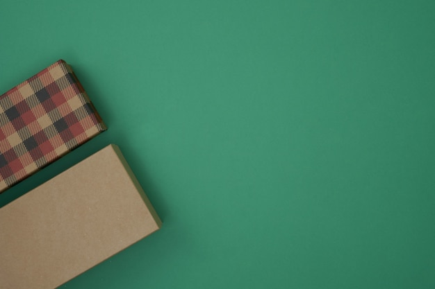 Geschenkboxen auf grünem hintergrund weihnachten und