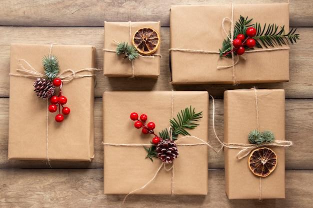 Geschenkboxen auf hölzernem hintergrund