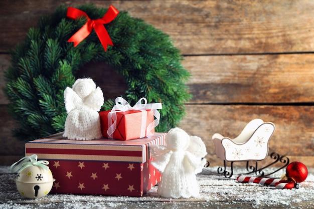Geschenkboxen auf holzoberfläche