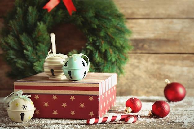 Geschenkboxen auf holzuntergrund