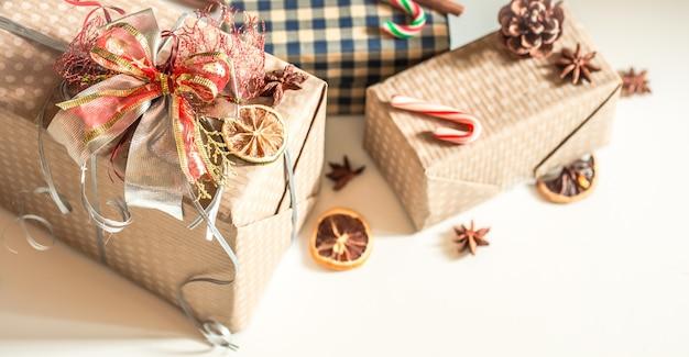 Geschenkboxen auf weißem tisch