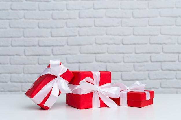 Geschenkboxen auf weißer tabelle
