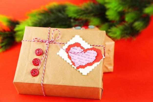 Geschenkboxen aus papier auf farbigem hintergrund