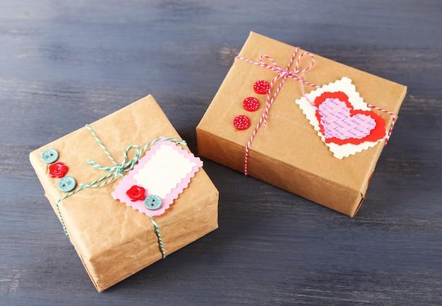 Geschenkboxen aus papier auf holzuntergrund