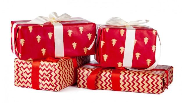 Geschenkboxen eingewickelt im kraftpapier lokalisiert auf weiß