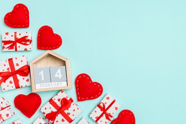 Geschenkboxen, holzkalender und rote textilherzen
