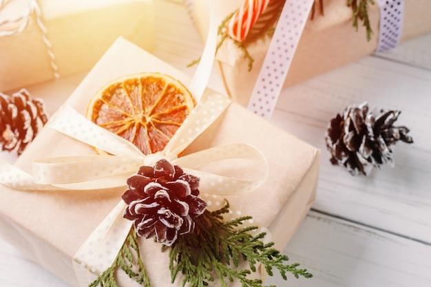 Geschenkboxen im geschenkpapier mit bändern eingewickelt