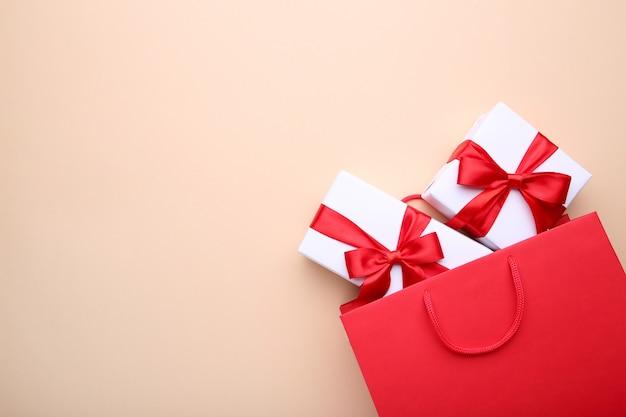 Geschenkboxen in roter papiertüte