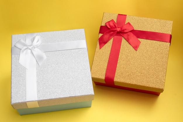 Geschenkboxen in verschiedenen farben für liebhaber, für mann und frau.