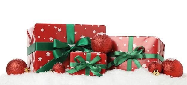 Geschenkboxen, kugeln und schnee lokalisiert auf weiß