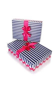 Geschenkboxen lokalisiert auf dem weiß