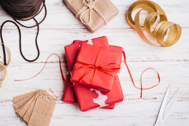 Geschenkboxen mit bändern auf dem tisch