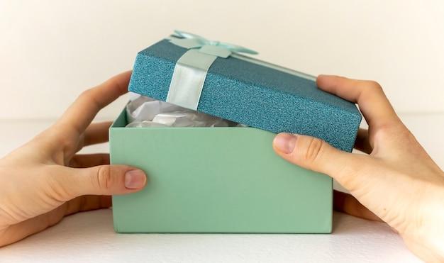 Geschenkboxen mit bändern und auf weißem hintergrund.