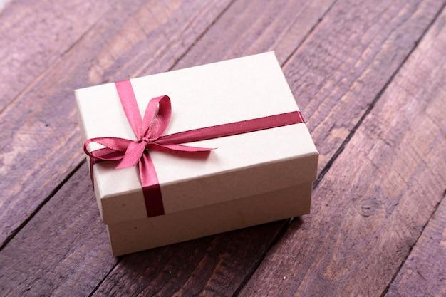 Geschenkboxen mit bogen auf hölzernem hintergrund. weihnachtsdekoration