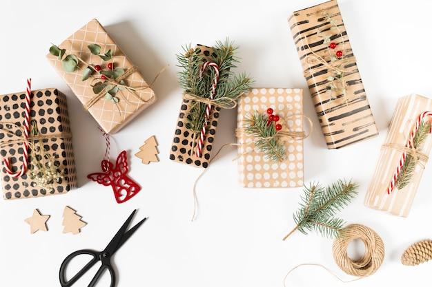 Geschenkboxen mit dekoration auf dem tisch