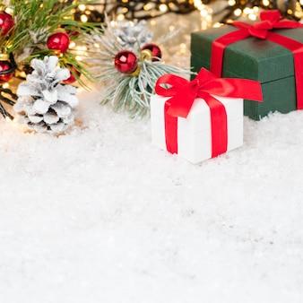 Geschenkboxen mit einem roten band unter christbaumschmuck