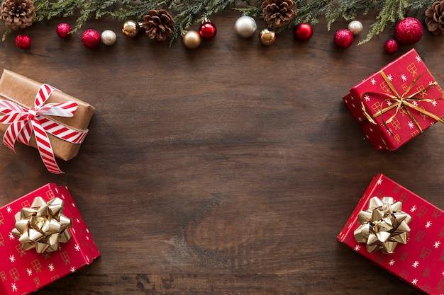 Geschenkboxen mit glänzenden kugeln und zapfen