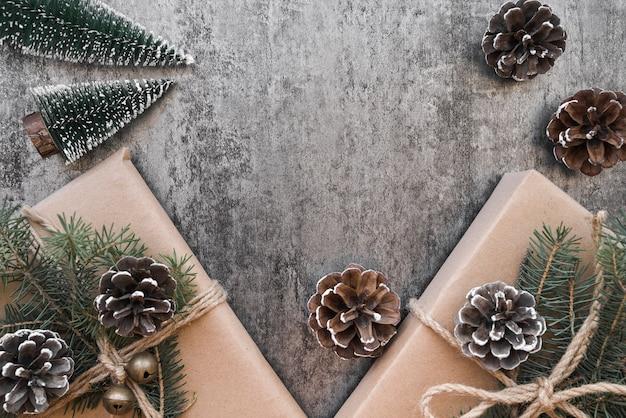 Geschenkboxen mit grünen zweigen und zapfen