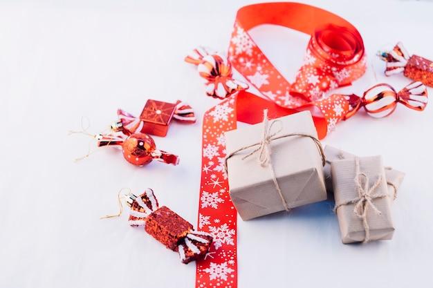 Geschenkboxen mit kleinen spielzeugsüßigkeiten