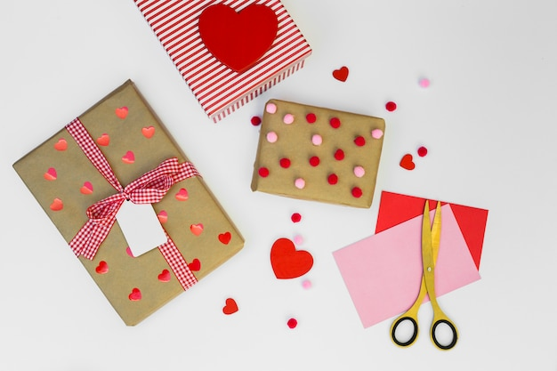 Geschenkboxen mit papierherzen auf tabelle