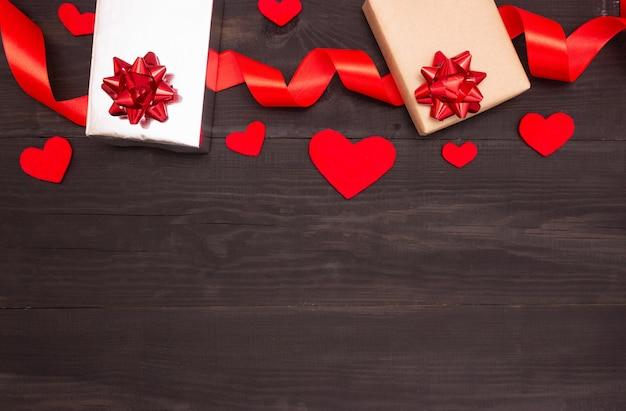 Geschenkboxen mit satinband und herzen