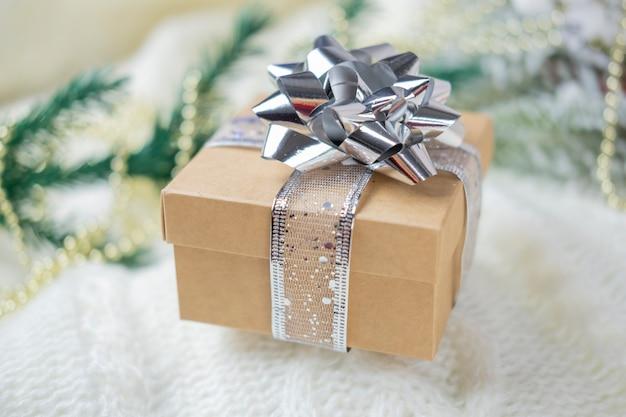 Geschenkboxen mit schleife und silberner farbe