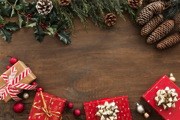 Geschenkboxen mit stechpalmenzweigen und zapfen