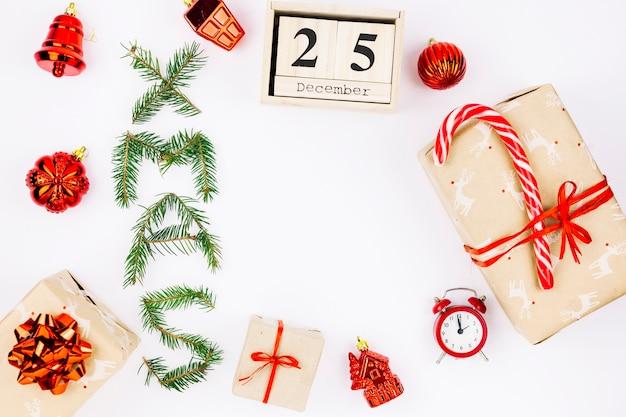 Geschenkboxen mit weihnachtsaufschrift von den niederlassungen