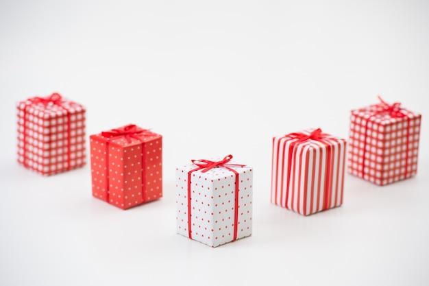 Geschenkboxen mit weihnachtsgeschenken eingewickelt im roten papier