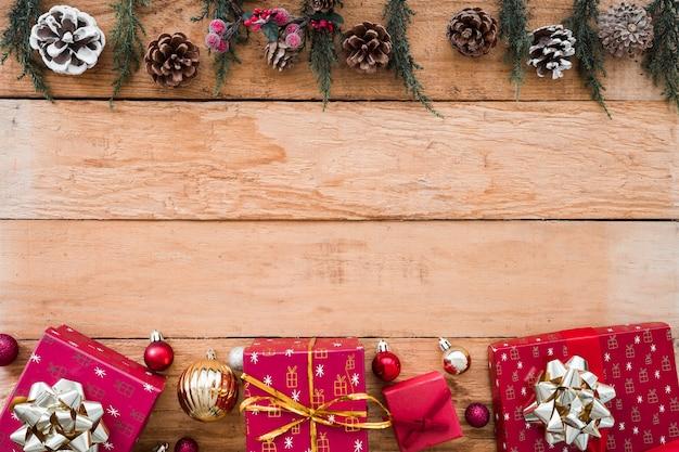 Geschenkboxen mit zapfen auf dem tisch