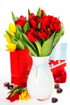 Geschenkboxen, schokolade und frische blumen