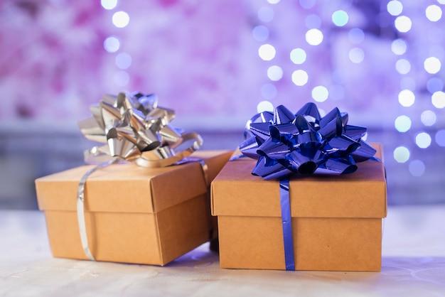 Geschenkboxen überraschen mit bogen für weihnachten