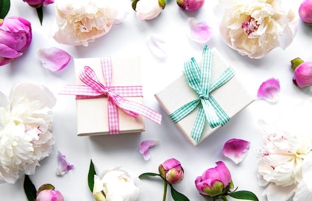 Geschenkboxen und blumen isoliert auf weiß