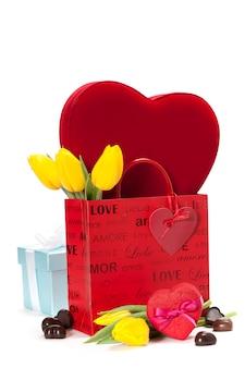 Geschenkboxen und frische blumen